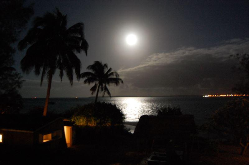 【マシシ】宿から見る月