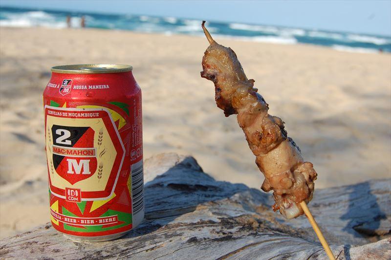 【トーフ】浜辺で焼き鳥とビール