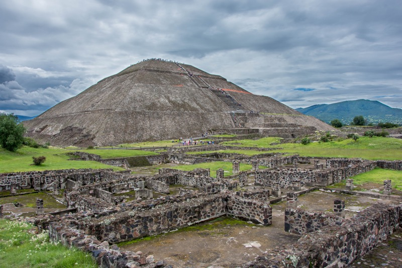 「メキシコシティ|巨大ピラミッドが圧巻!世界遺産テオティワカン遺跡への行き方。バスで行くのが安くてオススメ!」のアイキャッチ画像