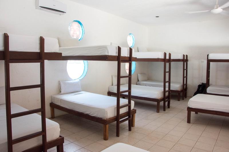 「コスメル島の安宿|日本人宿クローズで渋々泊まった「Beds Friends Hostel」が意外と良い宿でした。」のアイキャッチ画像