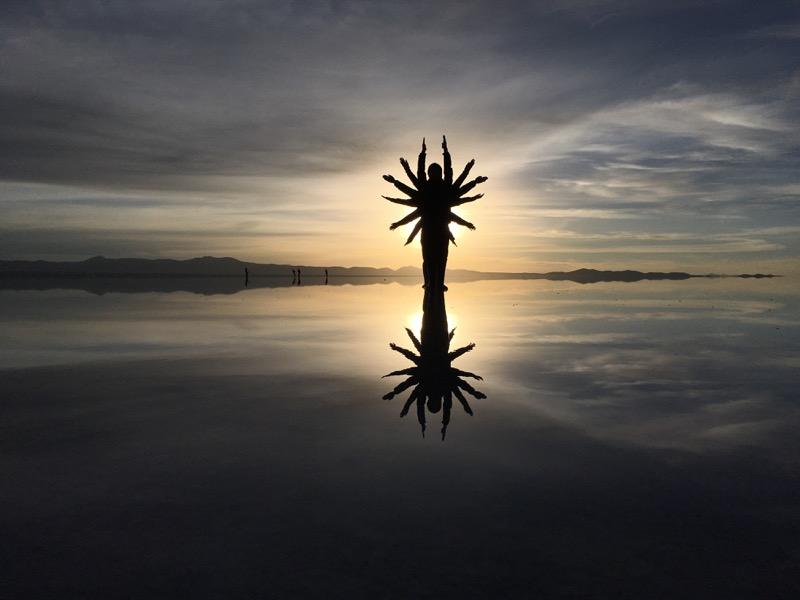 ウユニ塩湖|鏡張りでのトリック写真