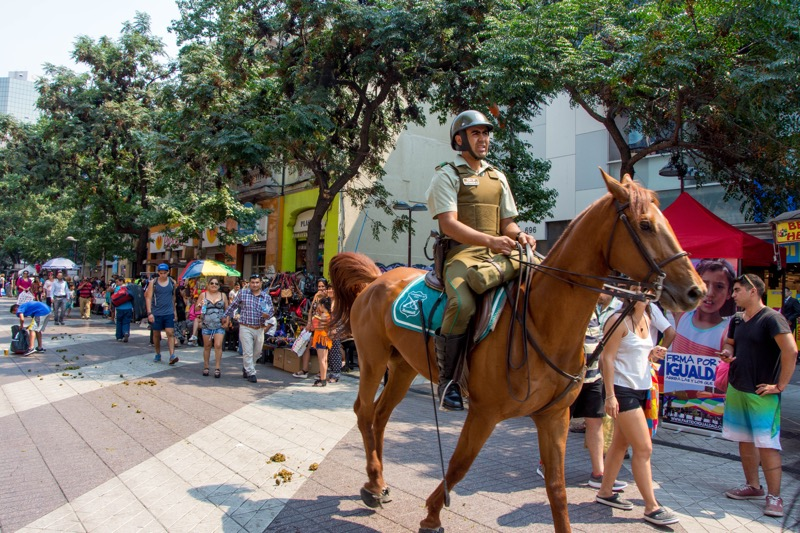 サンティアゴ|馬に乗る警察
