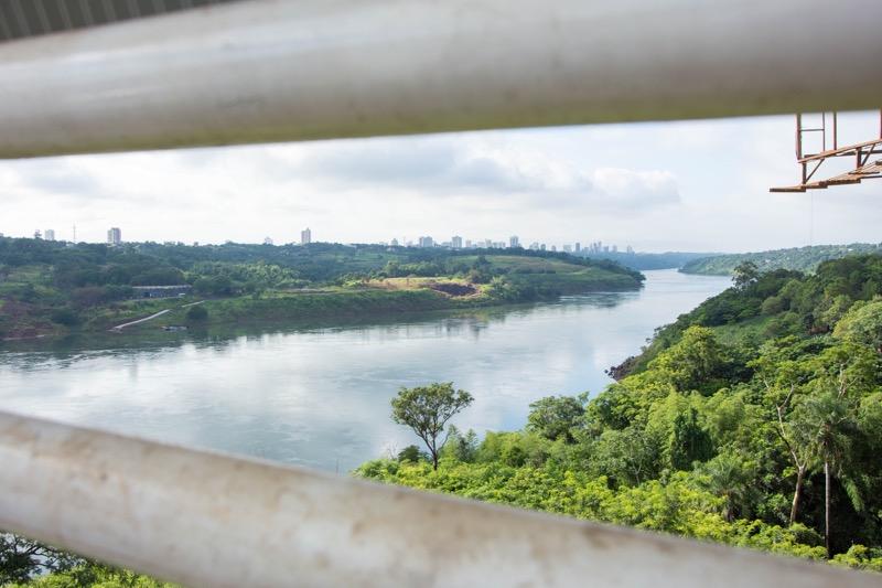 「イグアス居住区→プエルト・イグアスのバス移動まとめ。ブラジル/アルゼンチン/パラグアイの3ヵ国国境の越え方。」のアイキャッチ画像